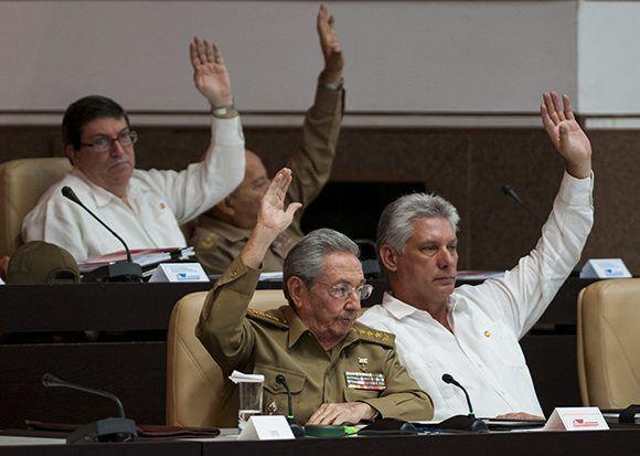 Durante la aprobación de los documentos debatidos. Foto: Irene Pérez/ Cubadebate.