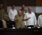 Raúl habla con los diputados de la ANPP. Foto: Irene Pérez/ Cubadebate.