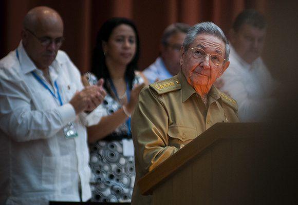 Raúl durante su discurso en la Sesión Extraordinaria de la Asamblea Nacional. Foto: Irene Pérez/ Cubadebate.