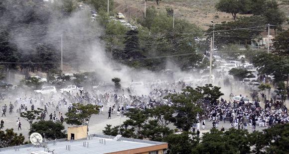 La gente corre tras el ataque en un funeral este sábado en Kabul. Foto: EFE.