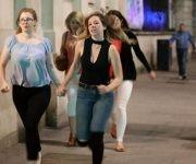 Jóvenes huyen del lugar de los ataques en Londres. Foto: Getty.