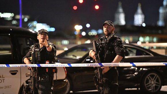 La policía cerca el lugar de uno de los incidentes. Foto: PA.