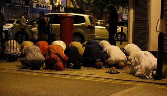 Musulmanes rezan en una acera en el área de Finsbury Park, al norte de Londres. Foto: AFP.