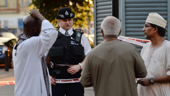 Una policía habla con vecinos de Finsbury Park. Foto: AP.