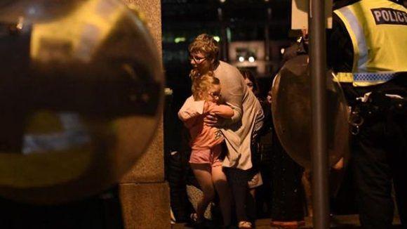 Una madre abraza a su hija luego de los atentados en Londres. Foto: Getty.