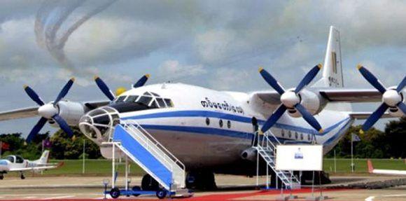 El avión Y-8 de fabricación china transportaba 90 pasajeros y 14 tripulantes. Foto: EFE.