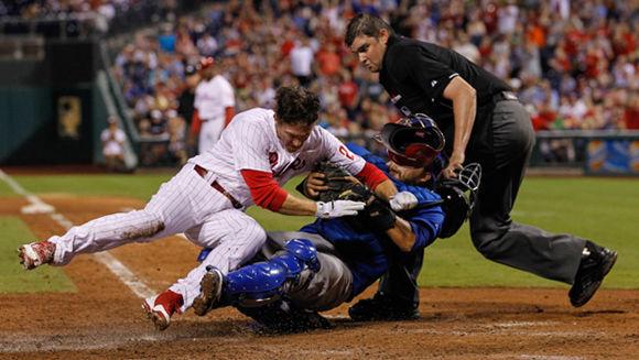 Paradójicamente, la regla anti colisiones podría generar más daño a los jugadores. En la imagen, Chase Utley, de los Phillies de Philadelphia durante un choque en home con el receptor Dioner Navarro, de los Chicago Cubs. Foto: Brian Garfinkel/ Getty Images.
