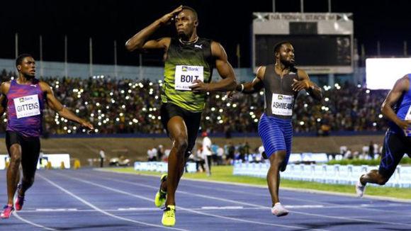Bolt paró el cronómetro a los 10,03 segundos y se dispuso a darle la vuelta al estadio para saludar a los aficionados. Foto: Reuters.