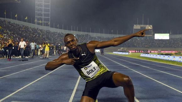 Usain Bolt hace su típico gesto tras acabar su última carrera en suelo jamaicano. Foto: AFP.