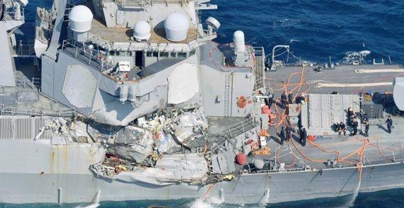 Un lateral del destructor USS Fitzgerald seriamente dañado en el mar de Japón. Foto: Reuters