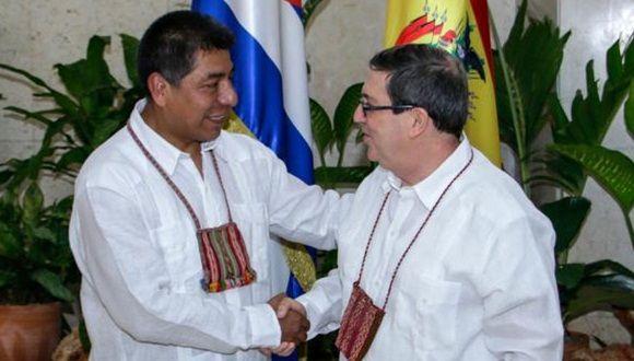 Bruno Rodríguez Parilla (D), Ministro de Relaciones Exteriores de Cuba, recibe a su homólogo de Bolivia, Fernando Huanacuni Mamani, en la sede de la cancillería cubana en La Habana, el 26 de junio de 2017. ACN FOTO/Abel PADRÓN PADILLA/sdl