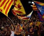 Aficionados del FC Barcelona ondean banderas catalanas para pedir la independencia durante un partido de fútbol en el Camp Nou. Foto: Atlas.