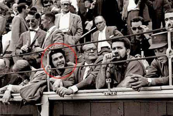 El Che a su regreso de un recorrido por países africanos en septiembre de 1959 fue a la Plaza Las Ventas para presenciar una corrida de toros y acudió acompañado de varios compañeros, entre ellos Omar Fernández quien hizo después un libro sobre aquel primer viaje al exterior. Foto: Cesar Lucas.