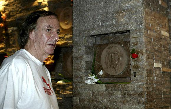 César Luis Menotti, de visita al memorial al CHe en Santa Clara. Foto: Ismael Francisco/Cubadebate.