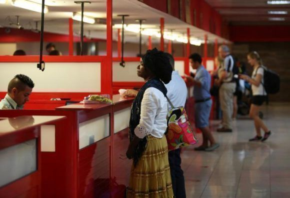 """Chequean pasaporte de pasajeros en punto migratorio en el Aeropuerto Internacional """"José Martí"""", La Habana, el 1 de junio de 2017. Foto: REUTERS/Stringer"""