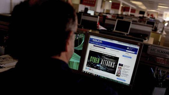 Un periodista lee un articulo sobre el ciberataque global en su puesto de trabajo en Estambul. Foto:  EFE.