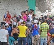 La cola aledaña al punto de San Justo es la más concurrida y polémica en vísperas del lunes, cuando inicia la venta liberada. Foto: Leonel Escalona Furones/ Venceremos.