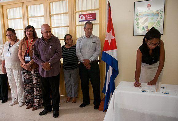 Mirthia Julia Brossard Oris firma el acta de constitución. Foto: Irene Pérez
