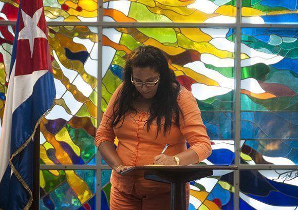 Cecilia Valdés Miliánfirma el acta de toma de posesión y el juramento. Foto: Irene Pérez/ Cubadebate.
