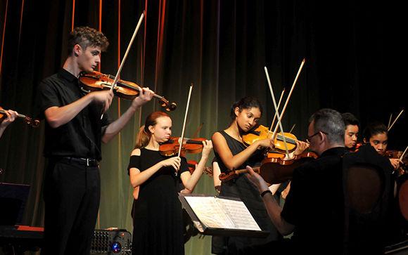 Los integrantes de la Chicago Consort mostraron su talento y disciplina en la ejecución de los instrumentos, conducidos por Thomas Wermuth (en la foto tocando el violín). Foto: Ramón Barreras Valdés/ Vanguardia.