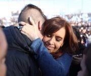 Cristina Fernández saluda a sus seguidores en la presentación de Unidad Ciudadana. Foto: @CFKArgentina.