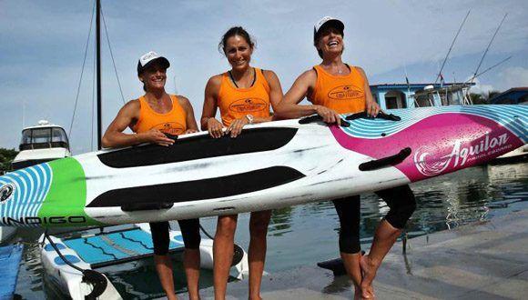Aimee Spector, Karen Kim Figueroa y Cynthia Aguilar rotarán cada dos horas sobre una tabla de surf de 365 centímetros de longitud. Foto: El Nuevo Día.