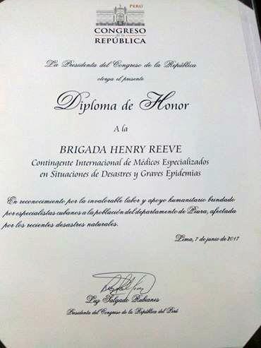 Diploma de Honor recibido por la Brigada Henry Reeve en el Parlamento de Perú. Foto: Enmanuel Vigil/ Facebook.