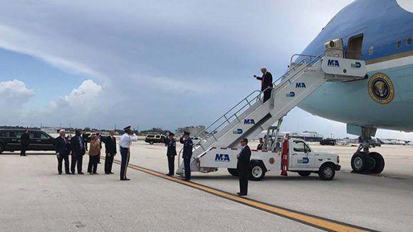 Donald Trump llegó al aeropuerto de Miami a las 12:25 del mediodía. Foto tomada de Twitter.