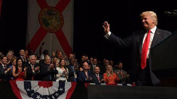 Donald Trump aplaudido en un teatro de Miami por dar marcha atrás a varias políticas impulsadas por Obama para el restablecimiento de las relaciones entre Cuba y Estados Unidos. Foto: AFP.