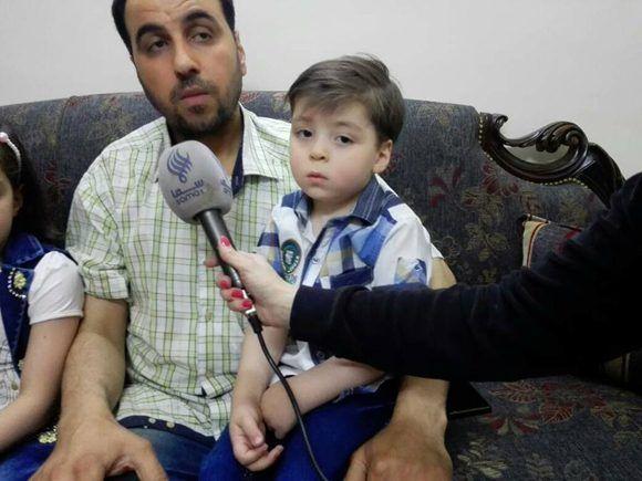 """Mohammad Kheir Daqneesh, el padre del pequeño Omran, dice que el """"rescate"""" de su hijo por las fuerzas de occidente fue una farsa propagandística. Foto: @KinanaAllouchePage/ Facebook."""