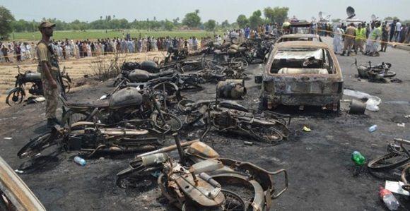 Coches y motocicletas carbonizados en la carretera de Pakistán donde un camión cisterna ha tenido un accidente y ha estallado, provocando más de 120 muertos. Foto: EFE