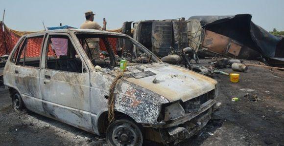 Un soldado paquistaní toma una foto con su smartphone de la zona donde ha estallado un camión cisterna, que ha provocado la muerte a más de 120 personas. Foto: EFE