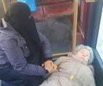 La imagen de una musulmana atendiendo a una anciana desmayada se hace viral. Foto: Hamza O Bakri/ Facebook.