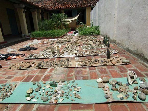 Junto a la vegetación y las conchas o medio enterrados, aparecieron estos objetos y fragmentos. Foto: Cortesía de Orlando Álvarez.