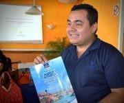 Alexeis Torres Velázquez, ejecutivo de marketing de Iberosatr, durante la presentación del producto turístico dirigido al mercado interno en la etapa de verano, promocionado ante agencias de viajes, ejecutivos de venta y turoperadores , en la ciudad de Holguín, Cuba, el 2 de junio de 2017. ACN FOTO/Juan Pablo CARRERAS