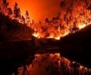 Las intensas llamas quedan reflejadas en una cañada en Penela, cerca de Coimbra Coimbra. Foto: AFP.