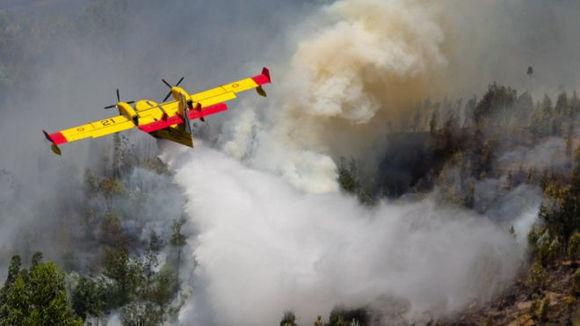 España y Francia enviaron aviones especiales para combatir el fuego. Foto: EPA.