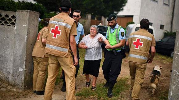 Decenas de residentes fueron evacuados de sus hogares y albergados por otros en la vecina municipalidad de Ansiao. Foto: AFP.