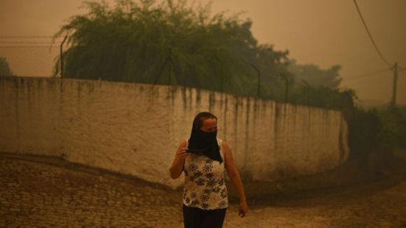Los testigos describieron cielos oscurecidos como resultado de los incendios y el espeso humo. Foto: AFP.