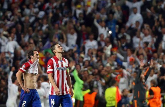 TP. Lisbon (Portugal), 24/05/2014.- Atletico Madrid players Diego Godin (L) and Gabi (R) show their dejection during the UEFA Champions League final between Real Madrid and Atletico Madrid at Luz stadium in Lisbon, Portugal, 24 May 2014. Real Madrid won 4-1 after extra time. (Lisboa, Liga de Campeones) EFE/EPA/TIAGO PETINGA