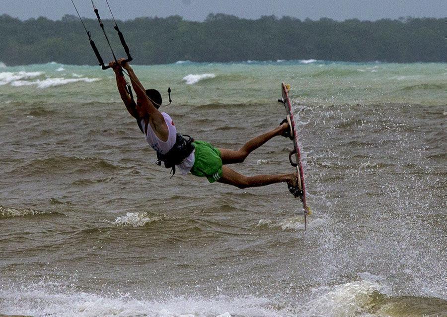 Jóvenes practican Kitesurf en Playa Larga. Foto: Jennifer Romero Andreu/ Cubadebate.