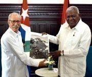 El diputado Esteban Lazo Hernández (D), presidente de la Asamblea Nacional del Poder Popular (ANPP), recibió a Brahim Ghali, presidente de la República Árabe Saharaui Democrática, en el Capitolio Nacional, sede institucional de la ANPP, en La Habana, Cuba, el 2 de junio de 2017. Foto: ACN/ Tony Hernández.