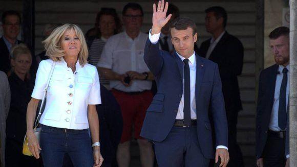 Emmanuel Macron y su esposa Brigitte salen del colegio electoral este domingo después de votar. Foto: ATLAS.
