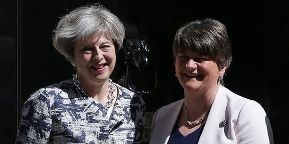 Britain's Prime Minister Theresa May (L) poses for a picture with Democratic Unionist Party (DUP) leader Arlene Foster at 10 Downing Street in central London on June 26, 2017. / AFP PHOTO / Daniel LEAL-OLIVAS