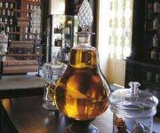 El Museo muestra frascos de porcelana policromada, utencilios farmacéuticos, produstos elaborados en el lugar o importados de Europa, en su mayoría sacados de plantas medicinales, recetas médicas y muchos otros artículos e instrumentos de la época. Foto: Cuba Tech Travel.