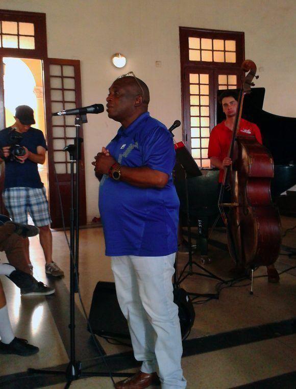 El maestro y productor discográfico Joaquín Betancourt en el Conservatorio Amadeo Roldán junto a estudiantes cubanos Foto: Oni Acosta Llerena