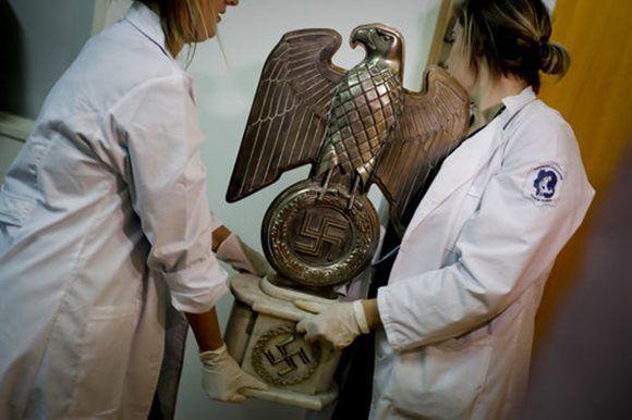 La policía descubrió el 8 de junio la mayor colección de artefactos nazis en la ciudad de Buenos Aires, Argentina. Las autoridades dicen que son originales que pertenecían a los nazis de alto rango en Alemania durante la Segunda Guerra Mundial. Foto: AP/ Natacha Pisarenko.