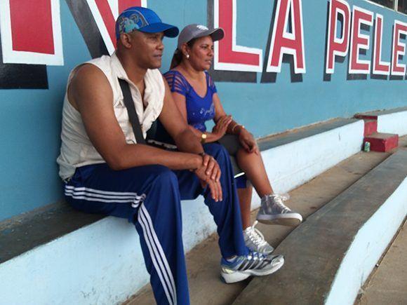 Norge Luis Vera y su esposa durante el torneo de béisbol sub-18. Foto: Katheryn Felibe/ Cubadebate.