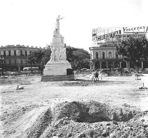 Las obras del arquitecto Eugenio Batista concibieron la demolición de los escalones alrededor de la estatua, para construir una nueva base de mármol blanco y piedras de Jaimanitas.. Foto tomada de Habana Radio.