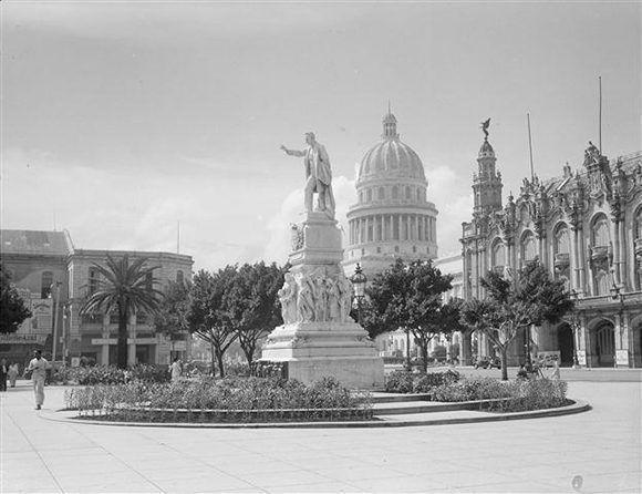 Fotografía de la estatua de José Martí en el Parque Central de La Habana en 1949 Foto tomada de Habana Radio.